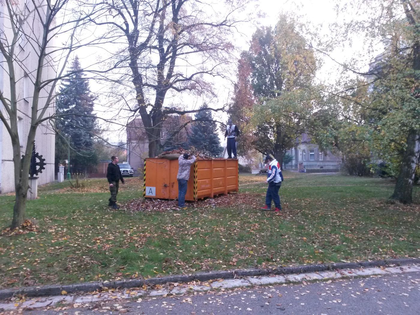 Úklid listí v okolí školy